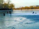 北京什刹海一天俩人掉进冰窟窿 幸无生命危险