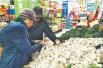 腊八来临 淄博腌腊八蒜比去年至少省一半的钱