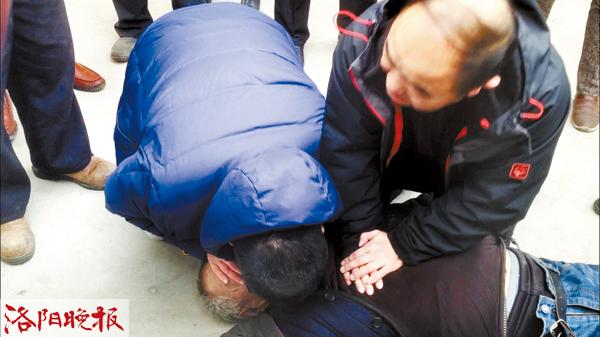 pk10免费计划软件app:洛阳一老人突发疾病晕倒 三名陌生人跪地抢救