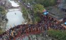 20万游客踩桥祈福