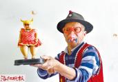 洛阳74岁老人扮小丑 只为患病老伴儿开心