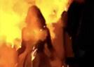 女子点蜡烛被烧成火人