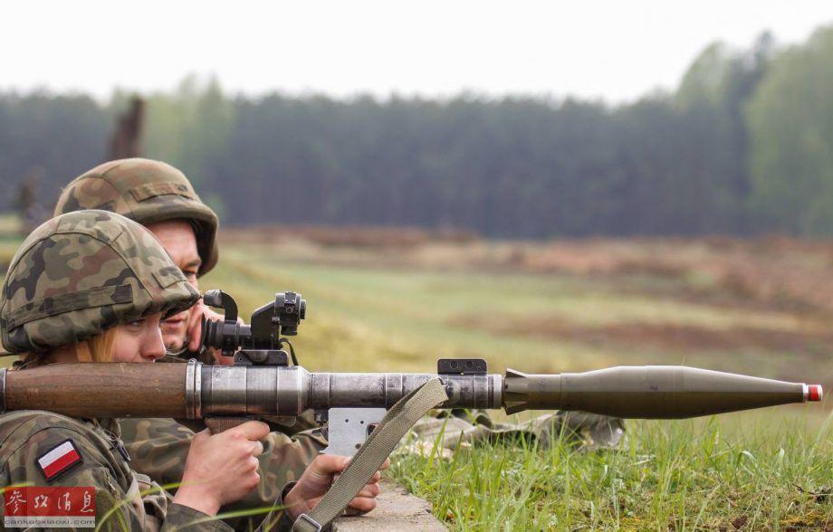 国外女兵用啥武器训练
