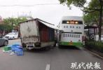 """货车一路高举""""铡刀"""" 公交车瞬间被""""斩"""""""