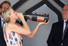 夏琳王妃举酒瓶豪饮