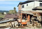 日本高温缺水增加洪灾救援难度 被疏散者用纸扇降温