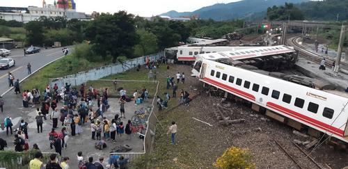 台湾苏澳新站普悠玛列车发生翻覆意外 20多人受伤送医