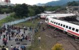 台湾普悠玛列车翻覆意外 20多人受伤送医双线受阻
