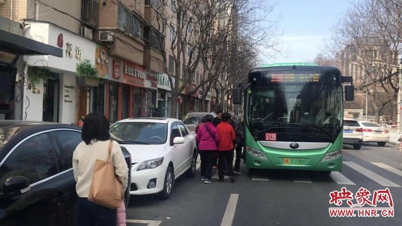 郑州一公交站点被划停车位 乘客无奈快车道上候车