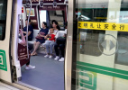 地铁里吃东西 到底应不应该禁?探访!