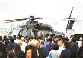 """国庆阅兵首亮相 直-20多用途直升机与观众""""面对面"""""""