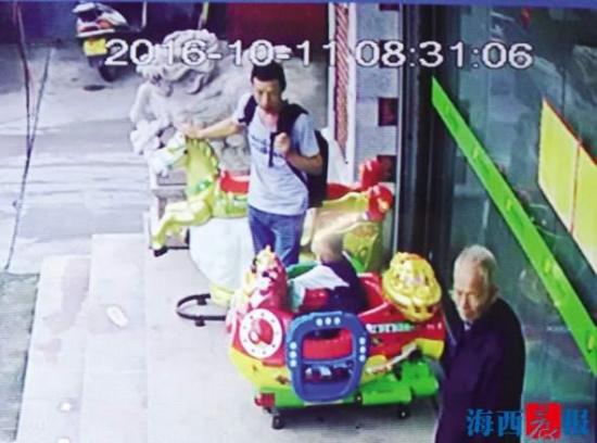 厦门/核心提示:监控还原男子丢下孩子离开小男孩为何会出现在超市...