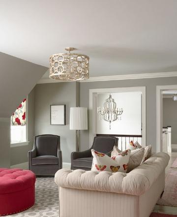 灰色让整个卧室素雅又不失明媚!灰色是一个非常重要的色彩组成部分,也可以说灰色是一个百搭色,跟什么颜色搭配在一起都没有问题。当灰色遇上白色,卧室马上呈现出一种淡淡的素雅之美,空间也是显得特别简洁,透出不同凡响的气氛美丽。后期软装配饰上再辅以一点亮色的点缀,比如红,空间自然明媚起来。