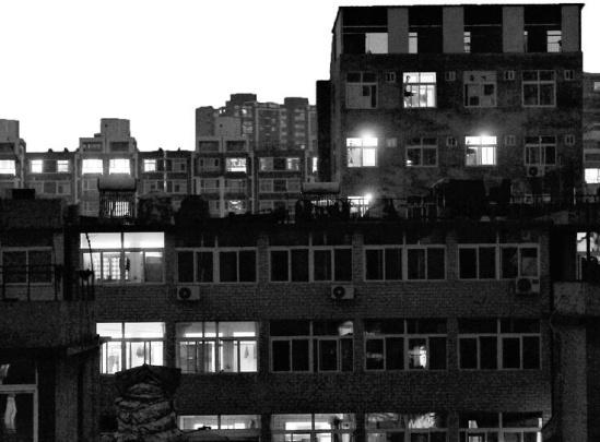 最大 济南/10月1日晚7点,大部分租客离开后龙返回家乡,出租楼内零星亮着...