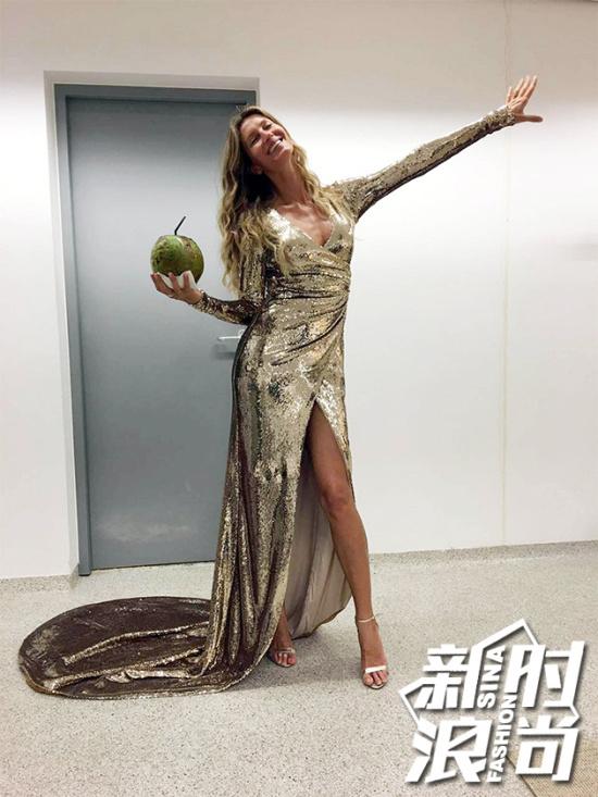娘娘这身金色亮片拖地长裙出自巴西设计师Alexandre-Herchcovitch之手