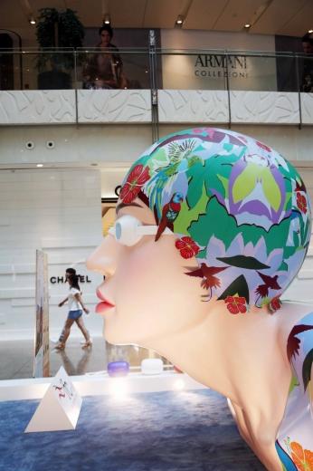 商场抢搭奥运顺风车,游泳雕塑引人注目