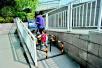 汉口江滩绿色通道设路障 儿童车和轮椅进出不便