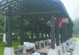义乌西江路一公园:流浪人员扎堆露宿