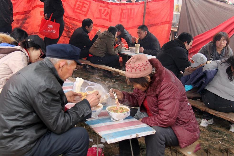 中国农村老头考�:`�9��_农村的集会上,老头老太太也不在家闲着了,都会出来逛逛,吃碗面,听听戏