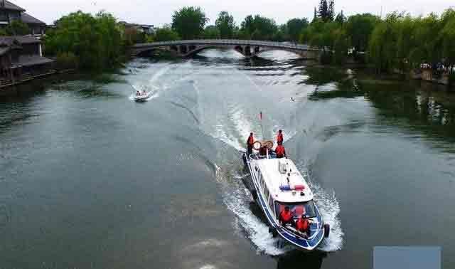 台儿庄古城举行水上消防救护演练