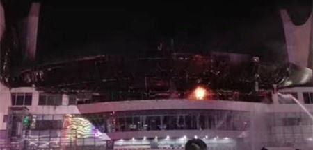晚10时许,火灾已得到控制,未造成人员伤亡。 据南阳体育中心官方微博发布消息,4月25日上午,郑州市消防支队吴士华工程师到体育中心对全体职工及入驻商户进行了消防安全知识培训。