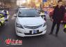 济南一辆车牌子竟折成了卷 司机被注销驾照