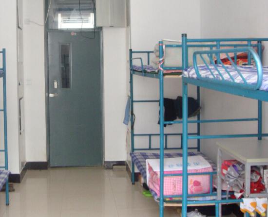 宿舍熄灯后有人吵闹 近600名女生被罚站