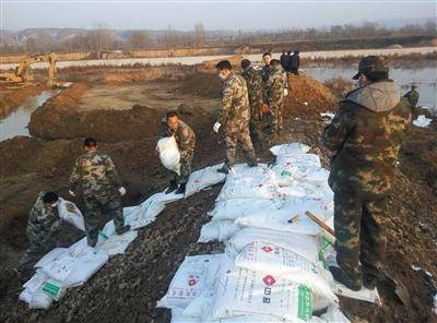 灵宝硫酸泄漏应急救援现场,工作人员搬运碱性物质进行中和处理。受访者供图