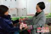 郑州一公交车长打扫卫生捡女包 打开看见一沓钱