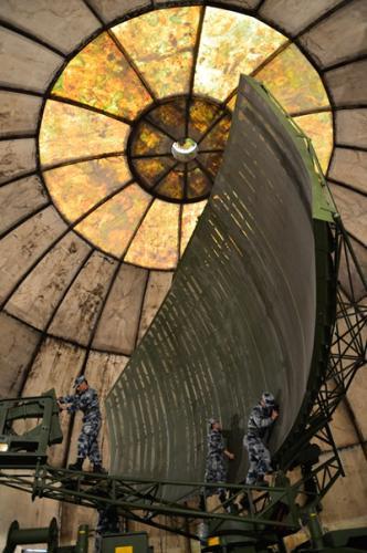 巴东雷达站官兵正在检测维护雷达。中部战区空军雷达某旅供图