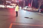 """沈阳:井盖破损 85后交警当""""人肉警示牌""""一动不动"""