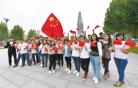 河北师大学生与国旗合影