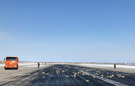 俄罗斯一飞机损坏致金条坠落
