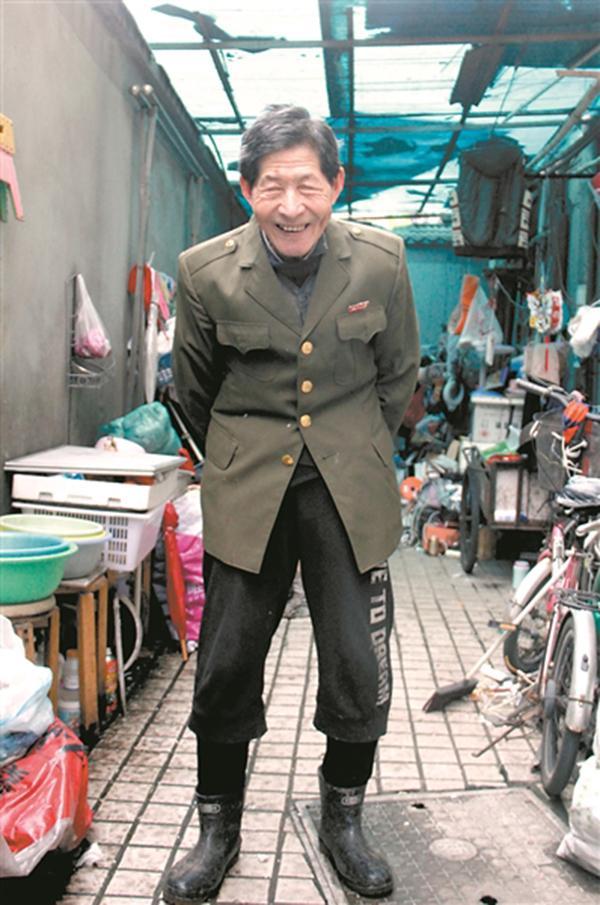 澳门电子游戏网址大全:杭州86岁老人背弯如弓,深夜拾荒资助寒门大学生