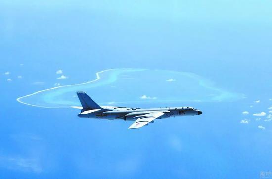 轰-6K飞机在黄岩岛等岛礁附近空域巡航