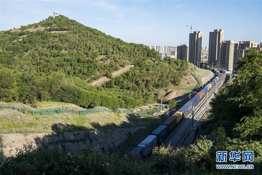 (环境)(5)乌鲁木齐:接力播绿 荒山换新颜