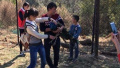 探访八达岭野生动物园:有游客强抱孔雀