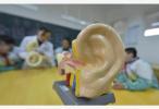 用棉签掏耳朵竟致颅内感染?耳朵该怎么掏?正确姿势来了