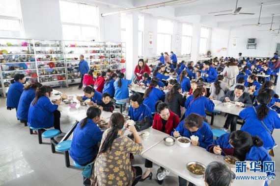 河南泌阳:扶贫工厂里的孩子们