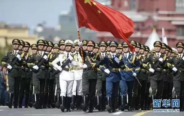 红场,中国人民解放军三军仪仗队方阵行进在阅兵式上.新华社记者