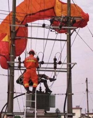 南京男子玩滑翔伞挂高压线上 触电身亡