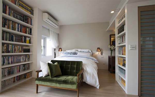 发,两侧简单的层板书柜向人们展示着屋主的喜好.-40平精品小豪宅