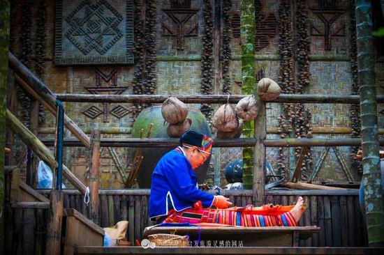 """绣面纹身,即将消失的神秘成人礼 摄影/襄樊咩咩羊   黎锦堪称中国纺织史上的""""活化石"""",历史已经超过3000年,是中国最早的棉纺织品。早在春秋战国时期,史书上就称其为""""吉贝布"""",其纺织技艺领先于中原1000多年。海南岛因黎锦而成为中国棉纺织业的发祥地。  绣面纹身,即将消失的神秘成人礼 摄影/襄樊咩咩羊"""