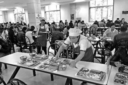 """今年年初,中国农业大学的一组调查数据显示,仅餐饮浪费的蛋白质、脂肪,全国一年就要高达1100万吨,这相当于2亿人一年的口粮。在10月16日""""世界粮食日""""到来之际,华商报记者对西安古城的部分就餐场所进行调查走访,发现除一些学校食堂较能做到""""光盘""""外,其他不少就餐场所浪费粮食之严重,已到了不容忽视的地步。"""