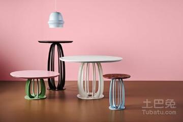 Brulaire小圆桌容易让人联想起下午茶里的那些别致托盘。桌面的材质有两种可选,包括橡木和大理石。两种材质的天然纹路都在设计中保留下来,犹如冰激凌中旋转的花纹;底座则包裹着糖果一样微微闪光的珐琅粉涂层。轻薄的桌面,以及桌面下方散开又聚拢的弧线,使整个设计显得轻盈却不单调。