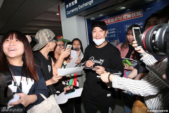 ),4日与韩国DJ DOC李汉尔一起来港,现场有近30名粉丝前来接机.-
