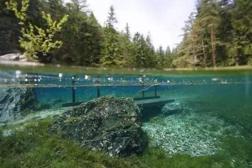 奥地利翡翠湖座落在特拉古斯霍赫史瓦山脚下.