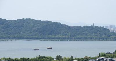 8月27日,游客在西湖上乘船游览西湖风光。