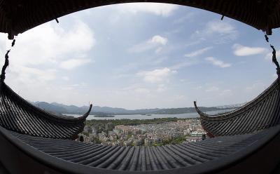 8月27日,杭州城隍阁上远眺西湖风景。