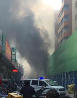 郑州一居民区突发火情 五层楼房熏得黑黢黢